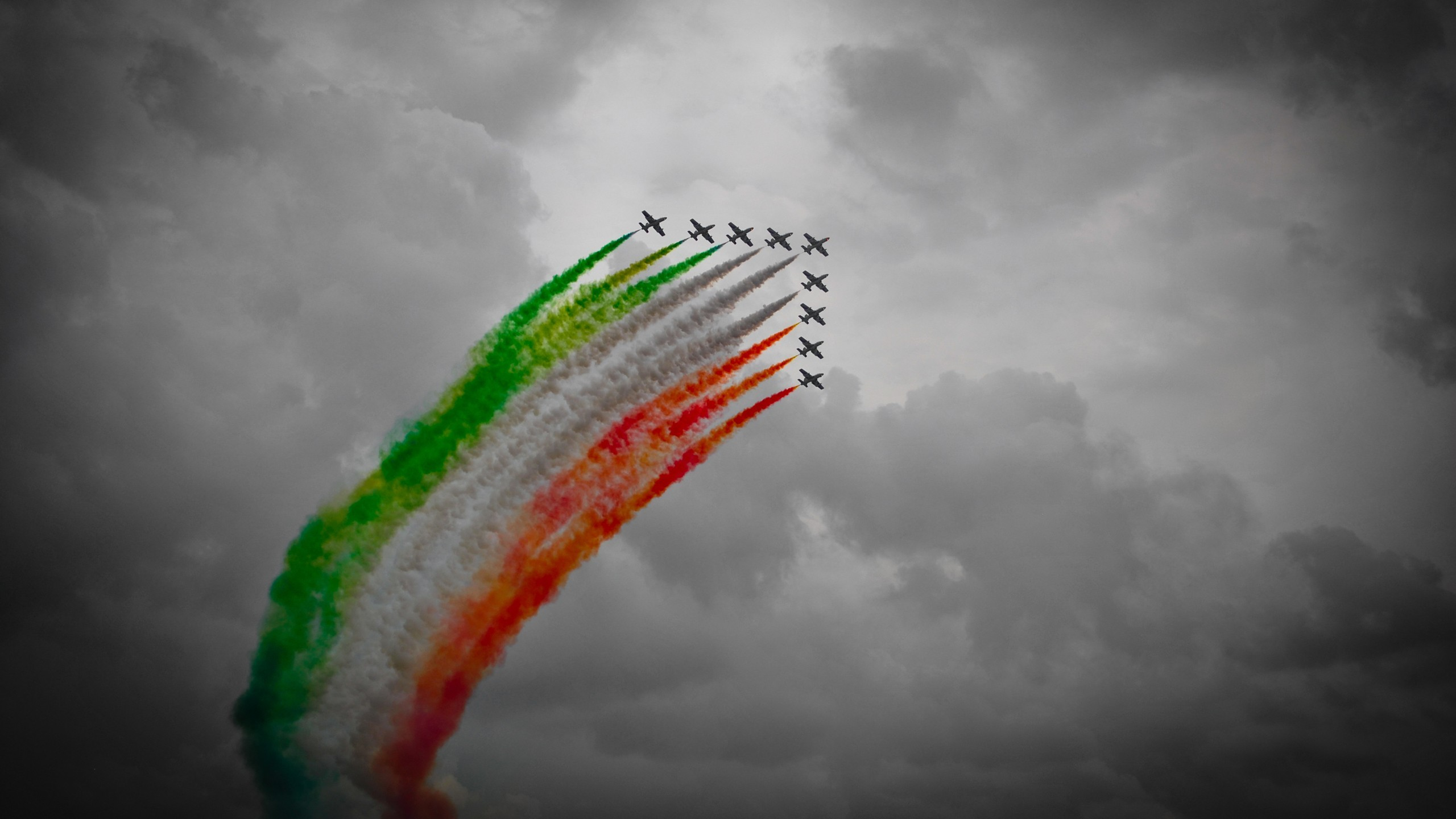 General 2560x1440 Frecce Tricolori selective coloring photography aircraft airplane Italian Air Force Italy