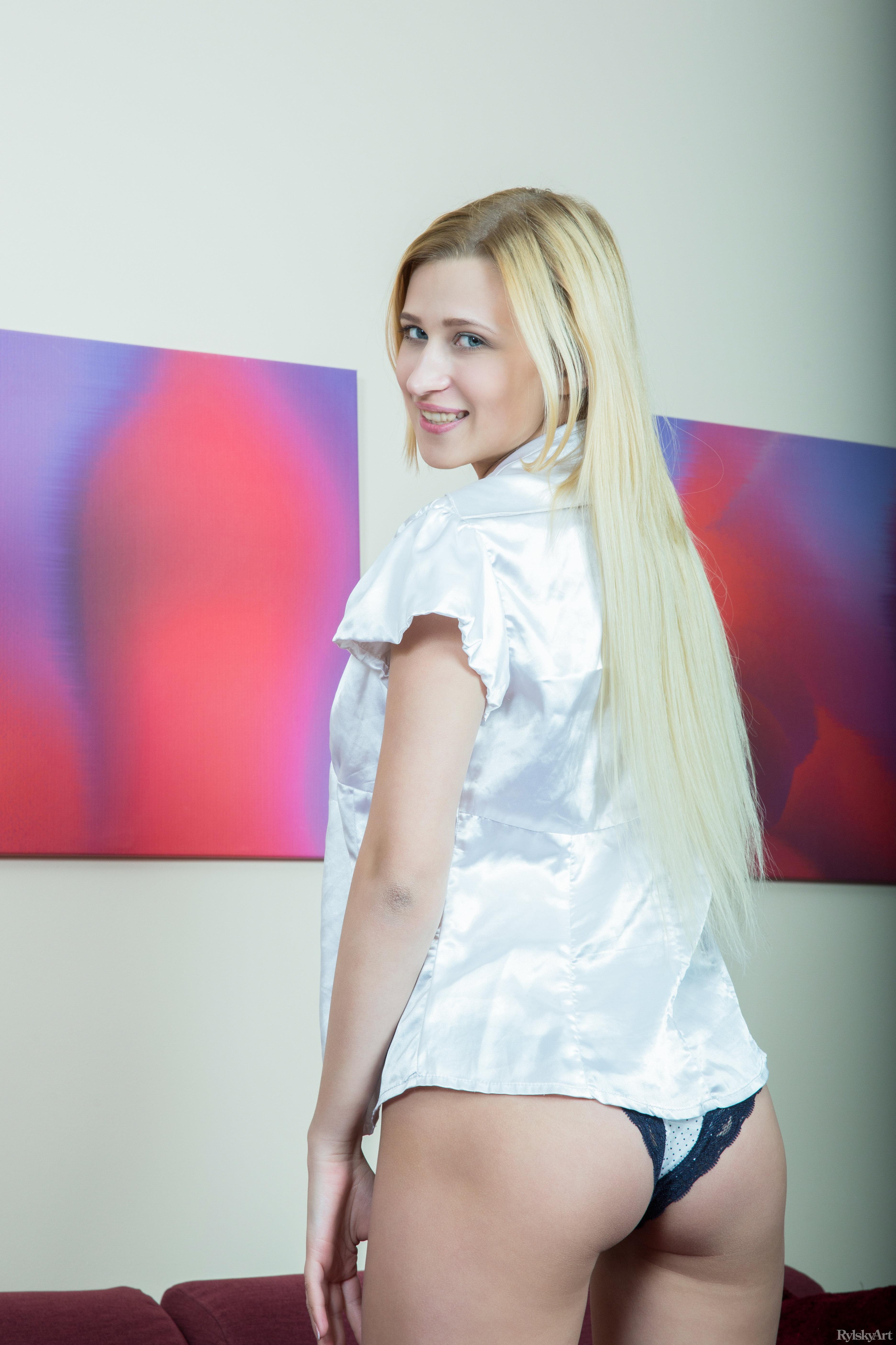 People 3744x5616 blonde women couch RylskyArt Magazine Lisa Dawn