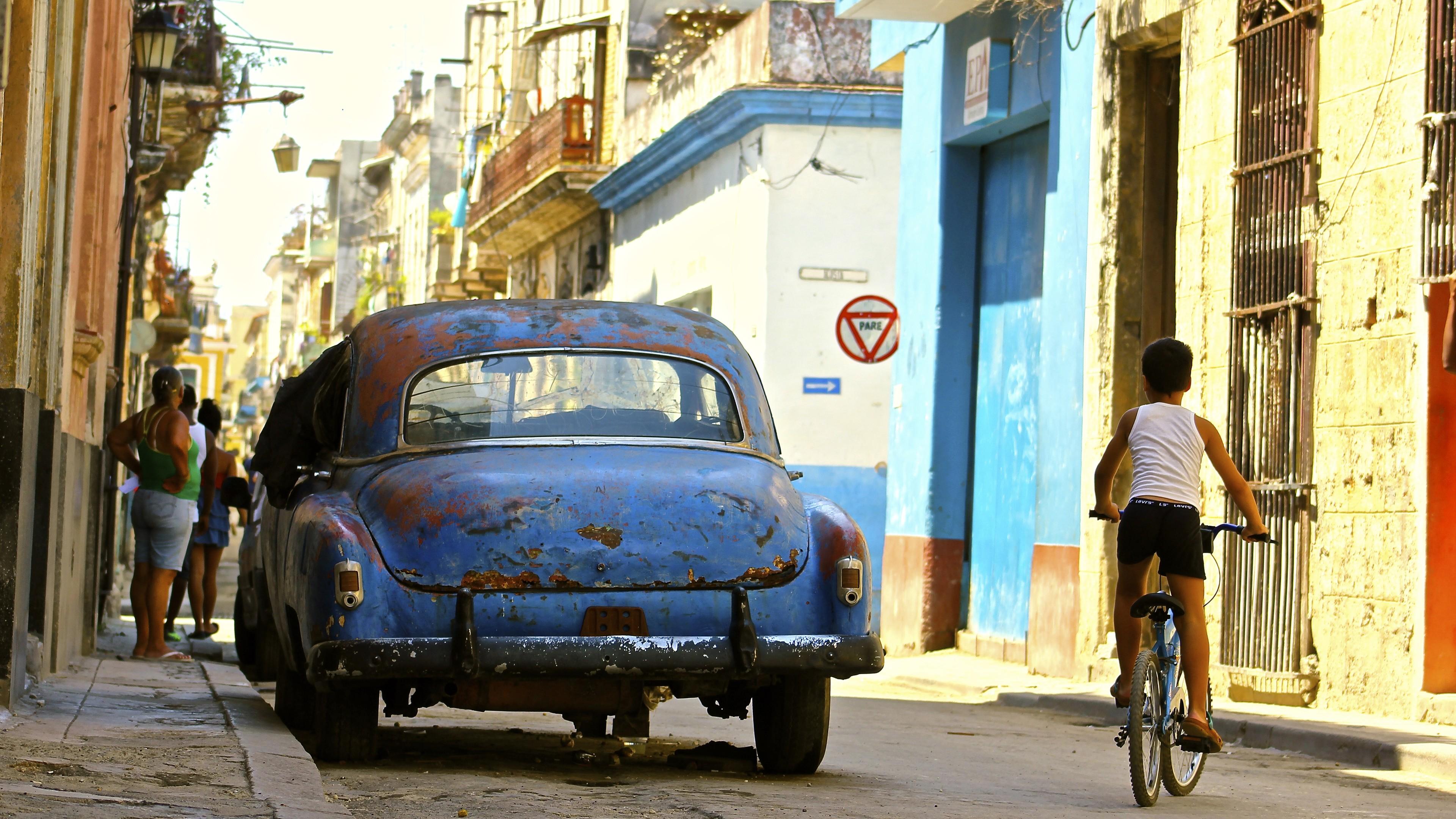 General 3840x2160 Cuba Havana street car vehicle old people urban rust blue cars