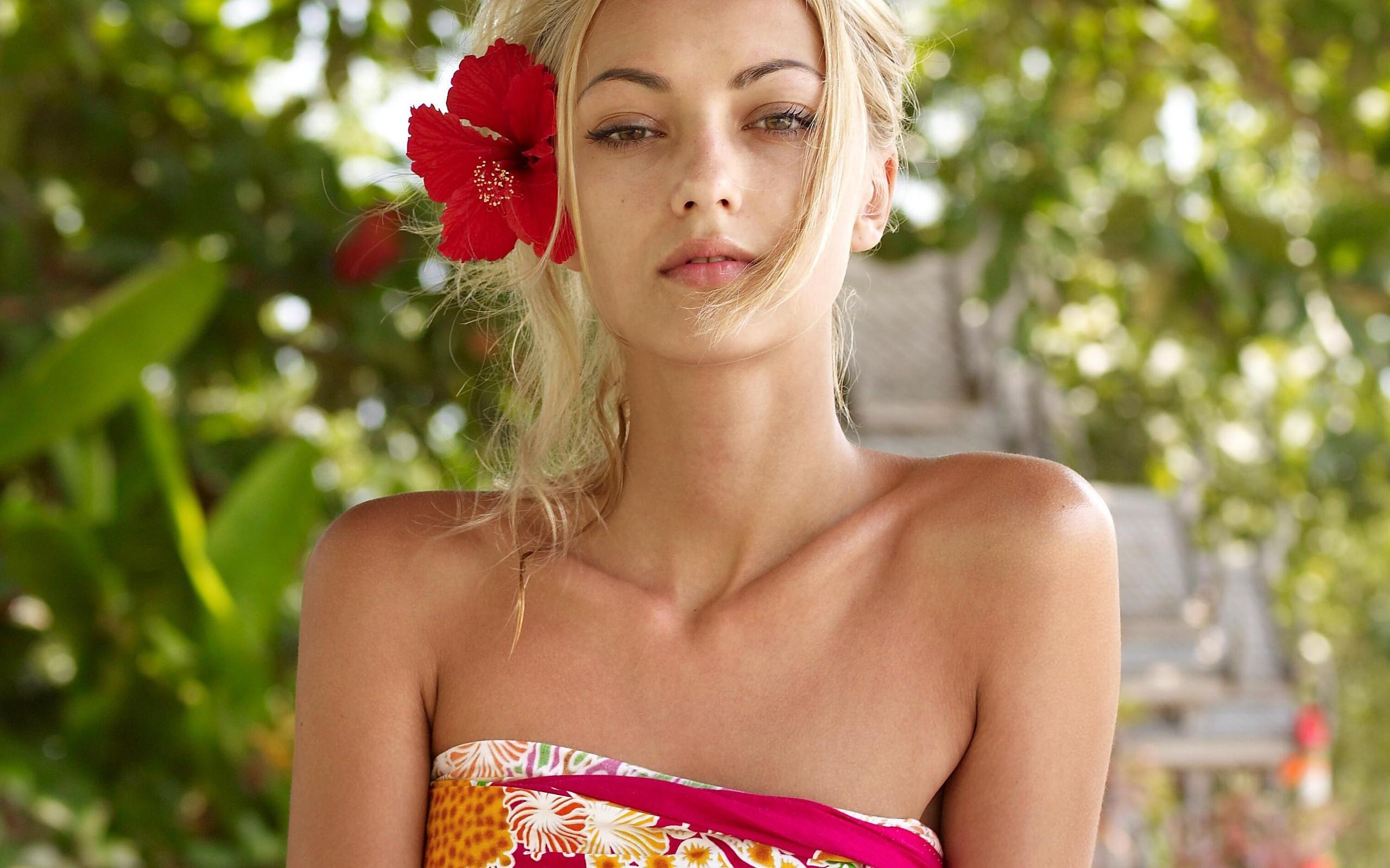 People 2560x1600 blonde women flower in hair Anna Sbitnaya  pornstar flowers plants bare shoulders women outdoors outdoors looking at viewer