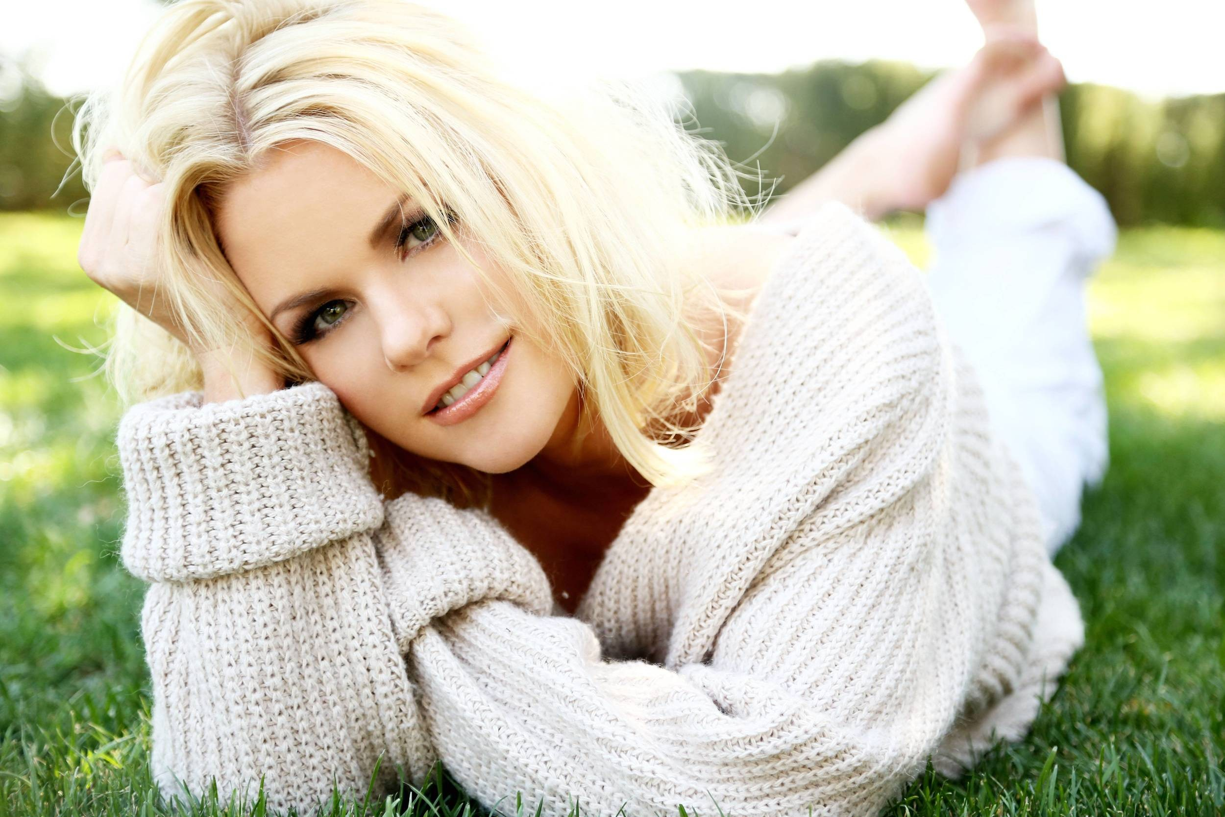 People 2500x1667 women blonde sweater smiling feet in the air Carrie Keagan green eyes looking at viewer