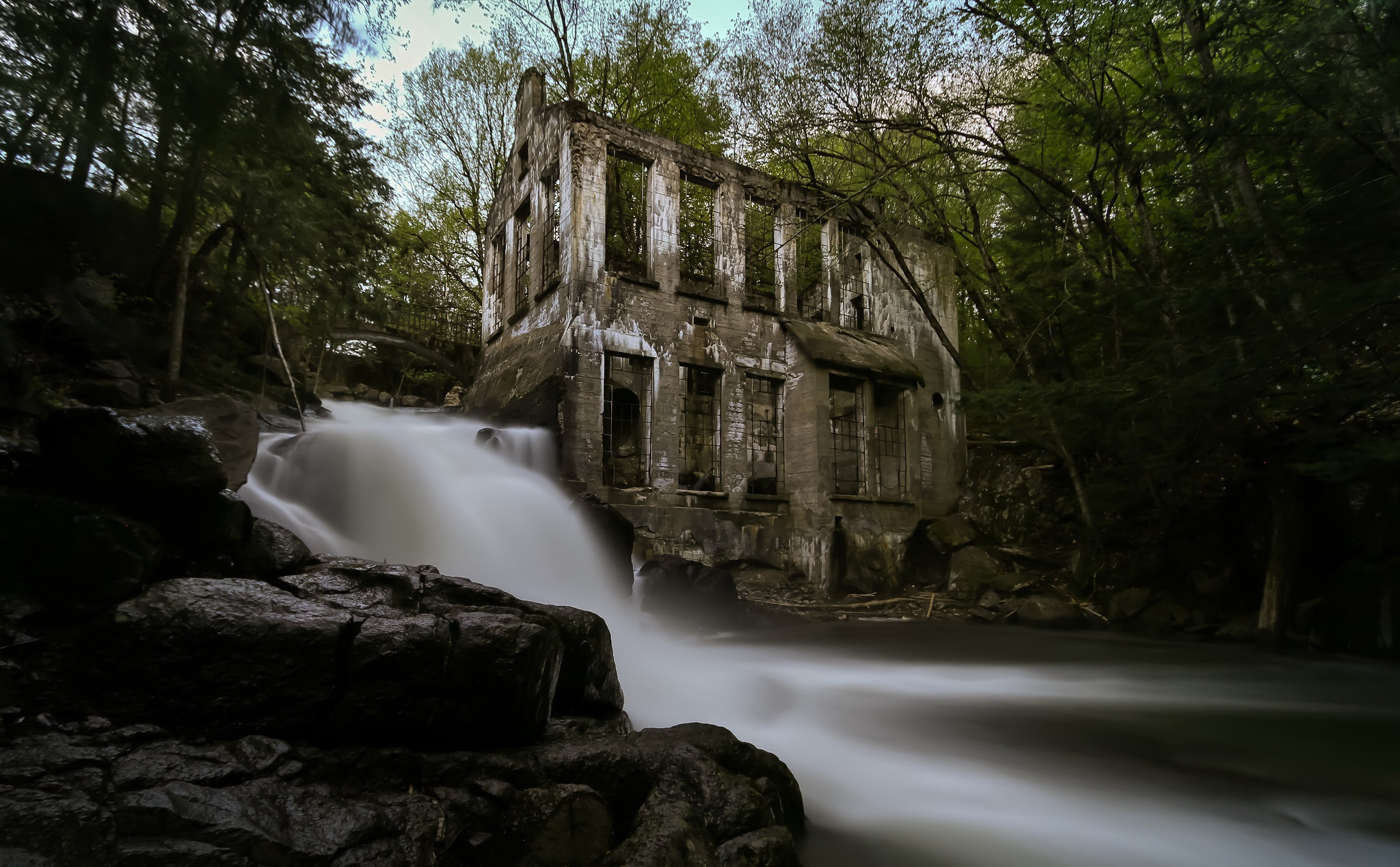 General 2048x1268 ruin house abandoned river long exposure