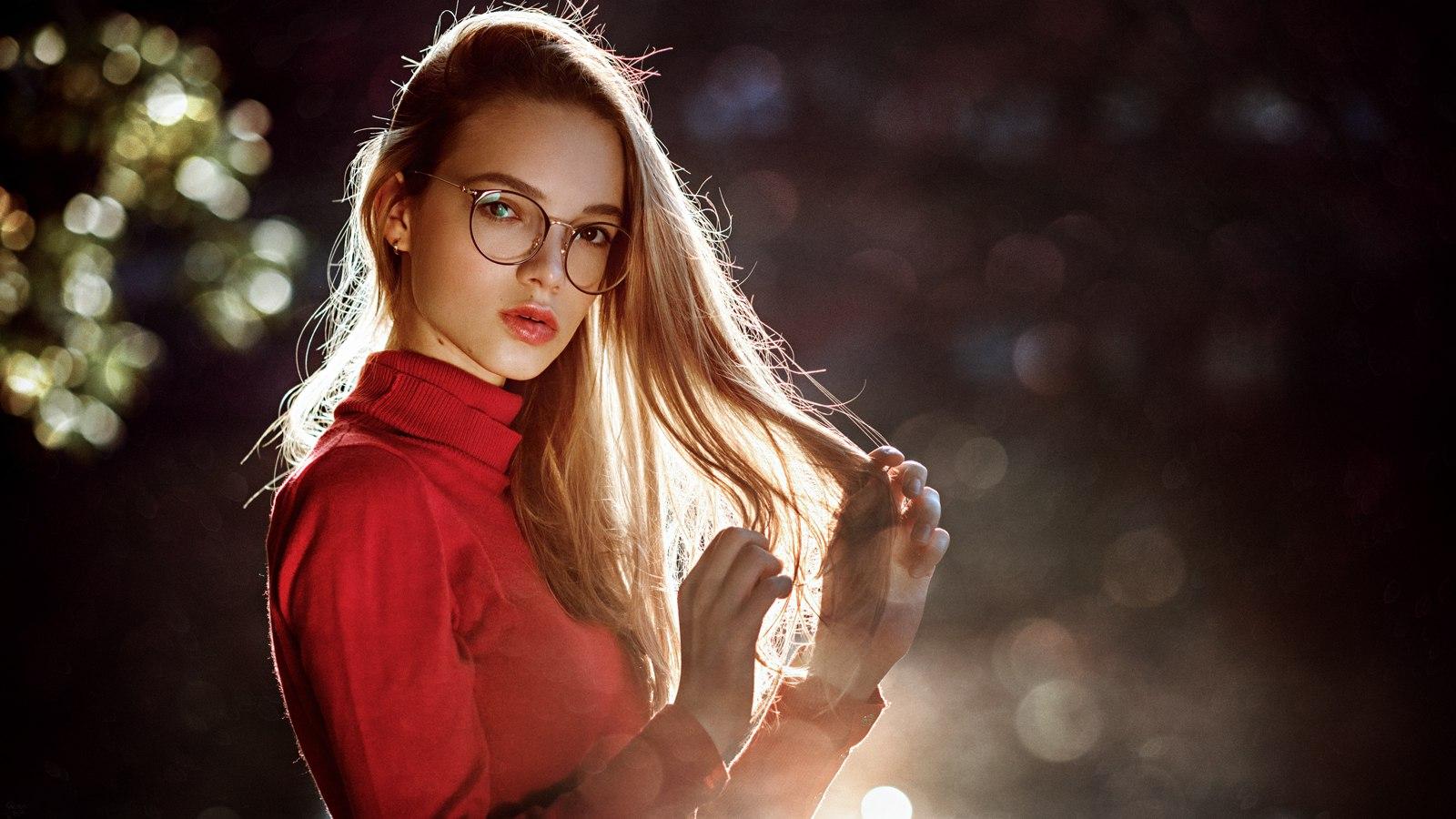 People 1600x900 red blonde women with glasses women Anna Dyuzhina Georgy Chernyadyev portrait sunlight holding hair juicy lips pink lipstick depth of field blurred bokeh