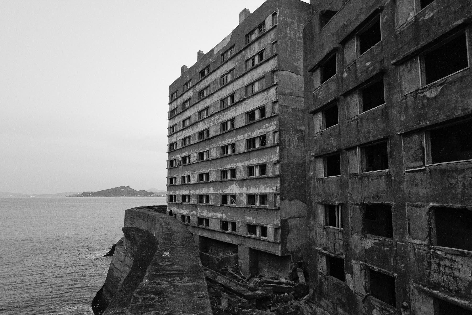 General 1800x1200 ruin Hashima island building monochrome