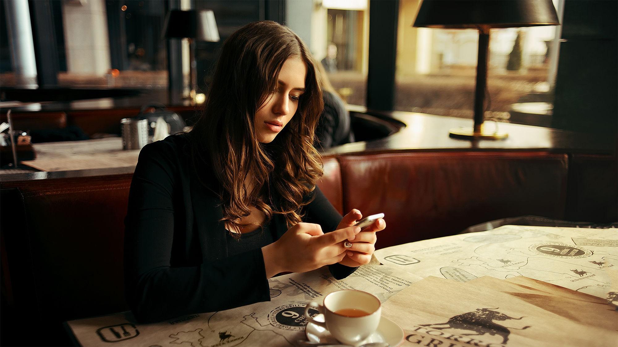People 2000x1125 coffee women restaurant brunette long hair focused black dress depth of field cafeteria  women indoors
