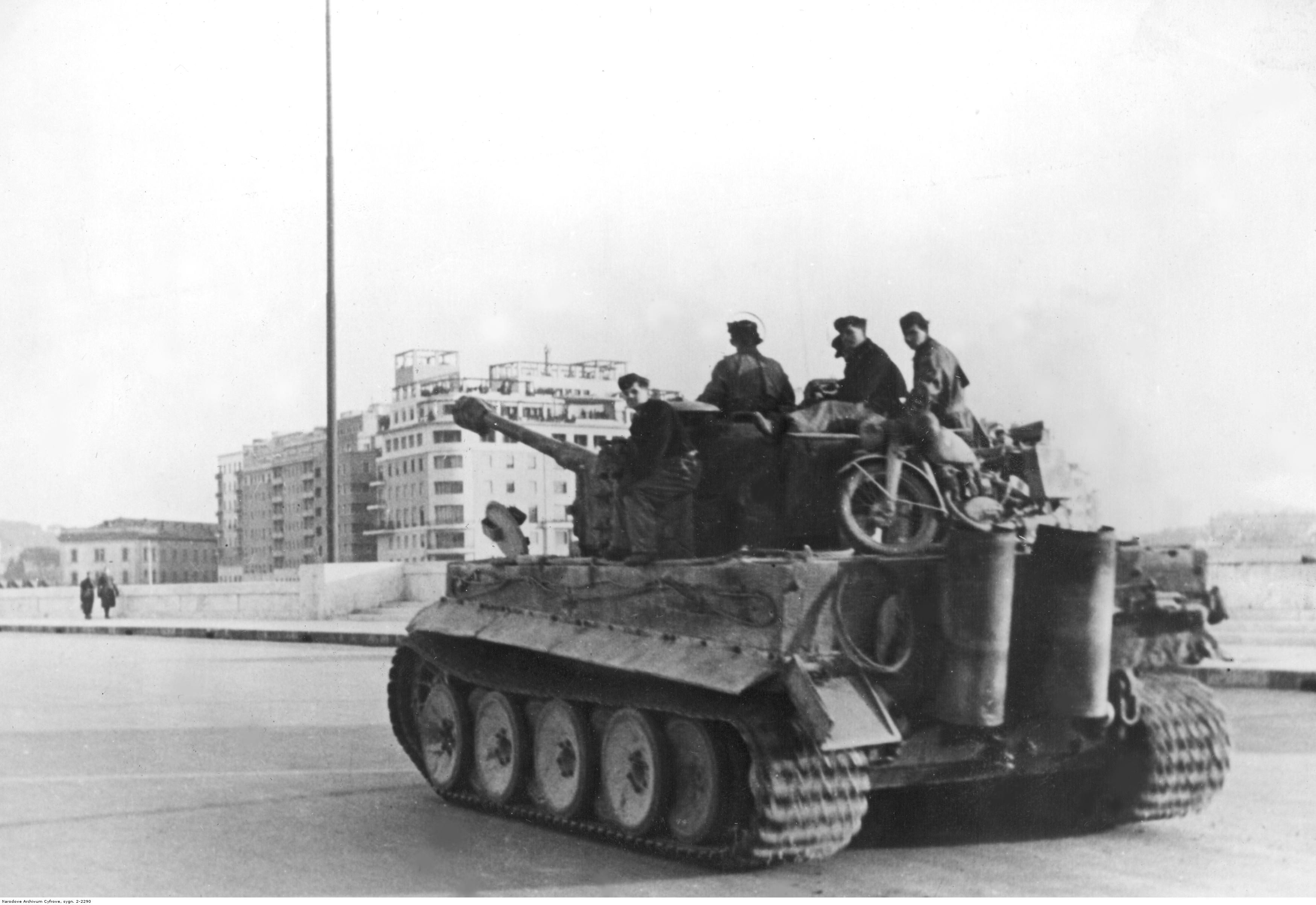 People 3500x2407 World War II military tank Tiger I