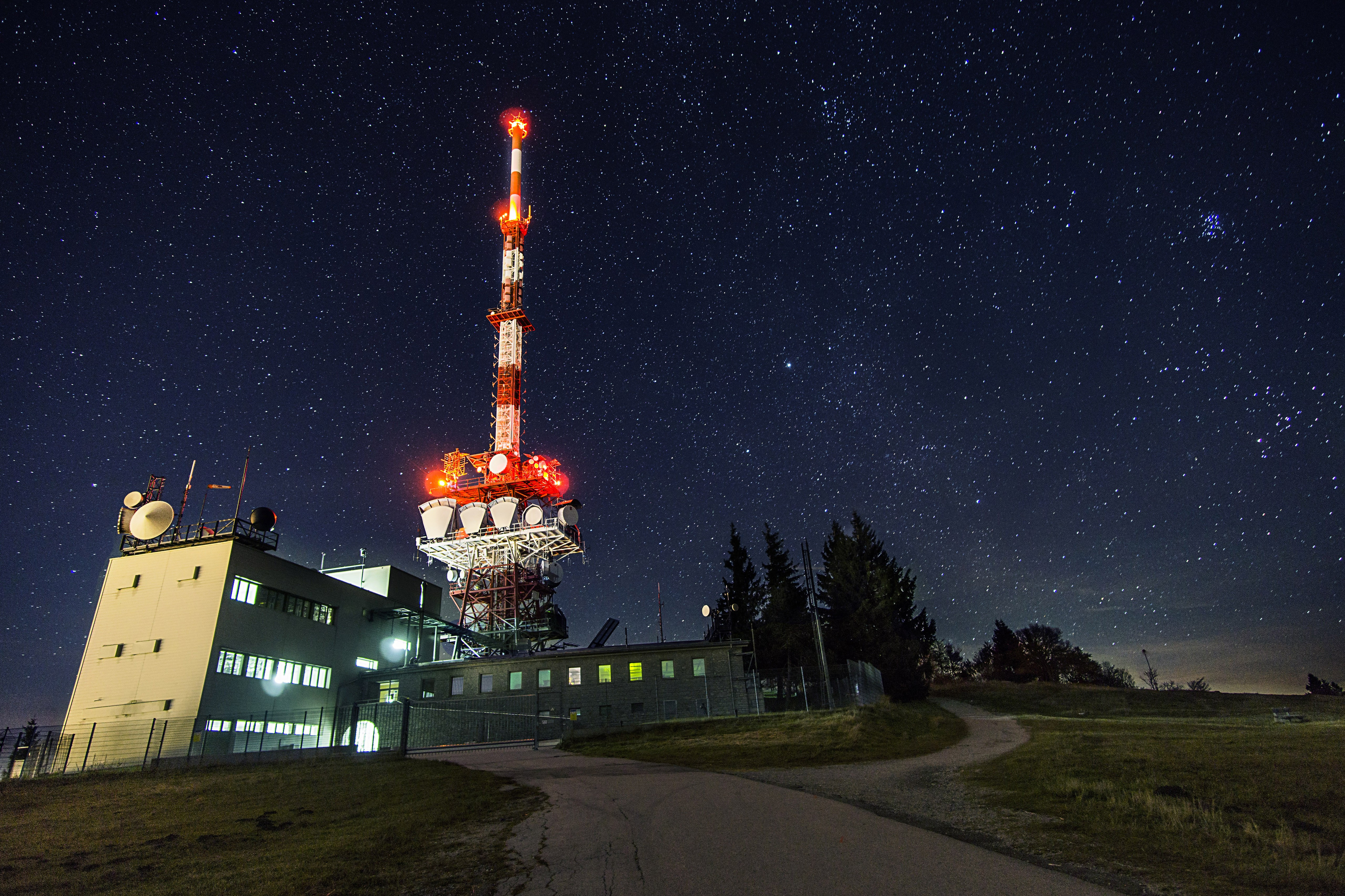 General 5120x3413 antenna radio satellite network radio tower night facility