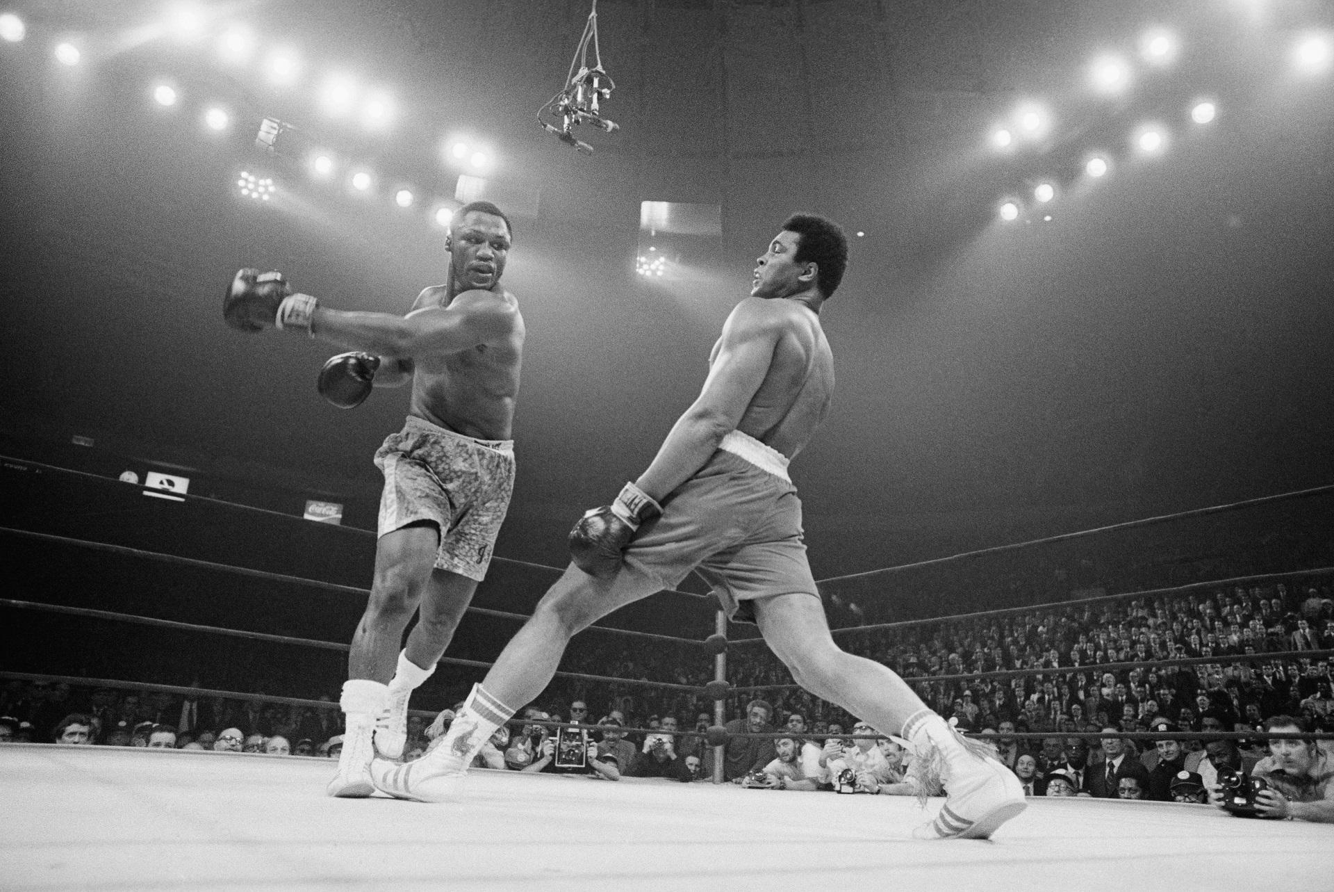 People 1920x1283 Muhammad Ali sport  sports boxing Joe Frazier legend monochrome crowds history