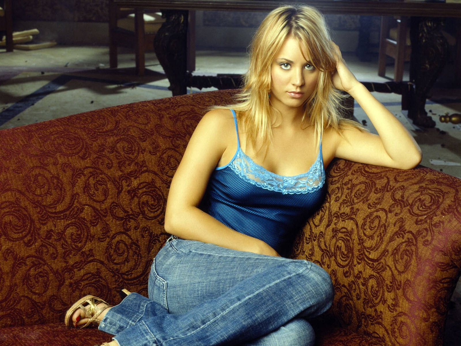 People 1600x1200 Kaley Cuoco blonde women actress couch celebrity jeans