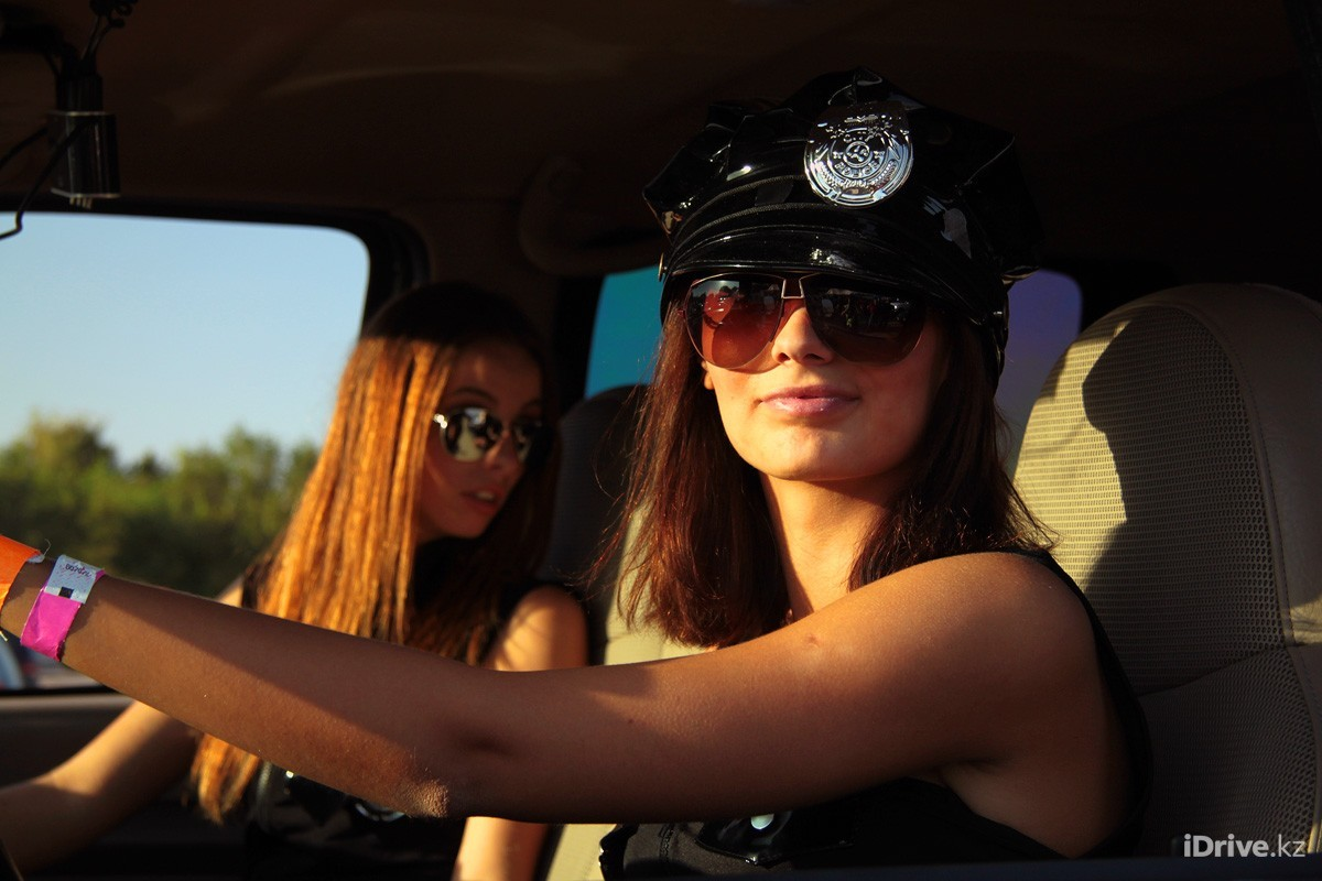 People 1200x800 women two women women with shades brunette police women car interior inside a car