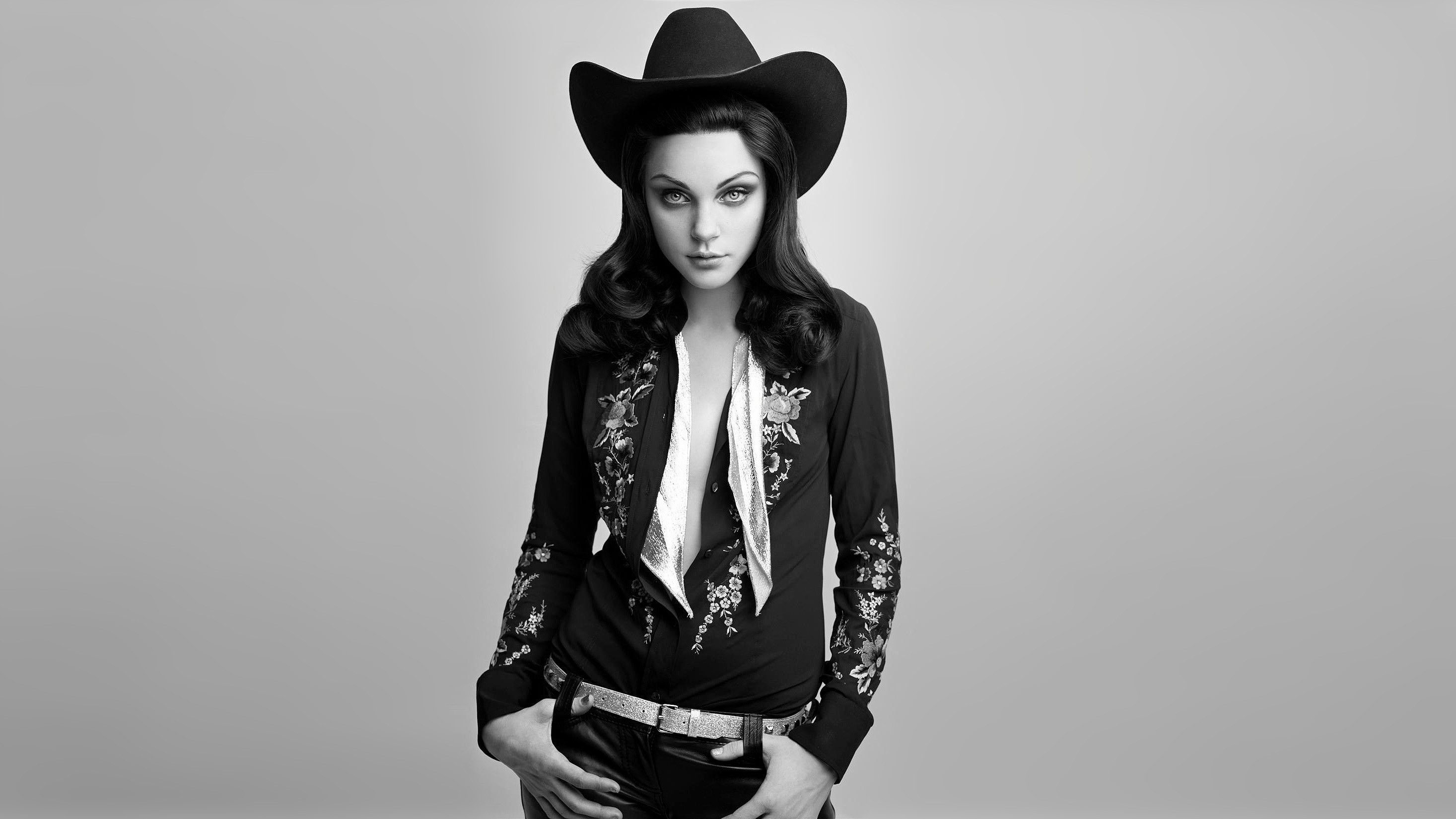 People 2933x1650 monochrome women Jessica Stam looking at viewer hat simple background cowboy hats