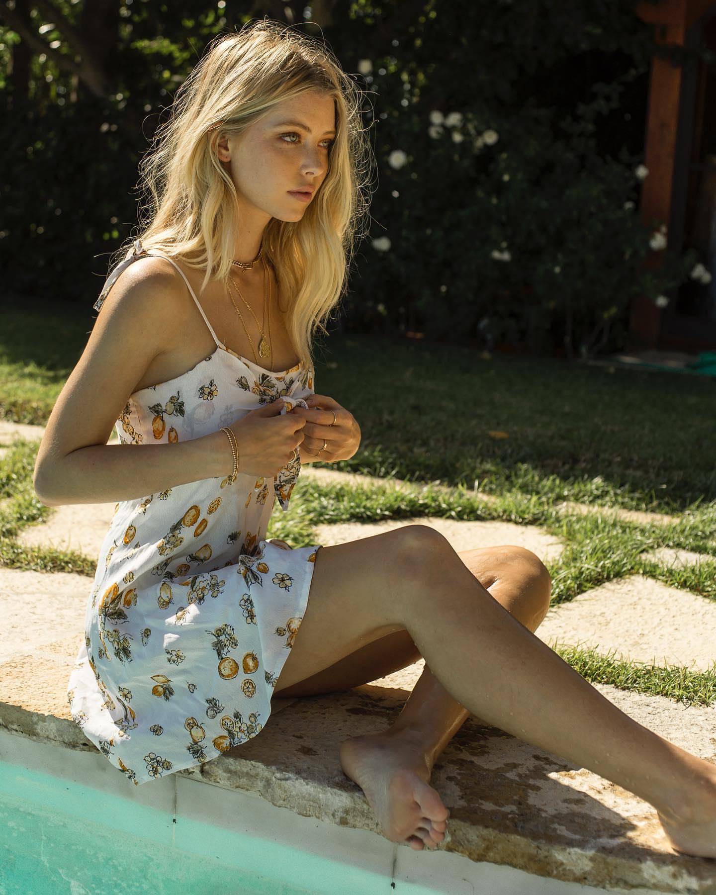 People 1440x1800 Baskin Champion women blonde model long hair dress sitting profile women outdoors