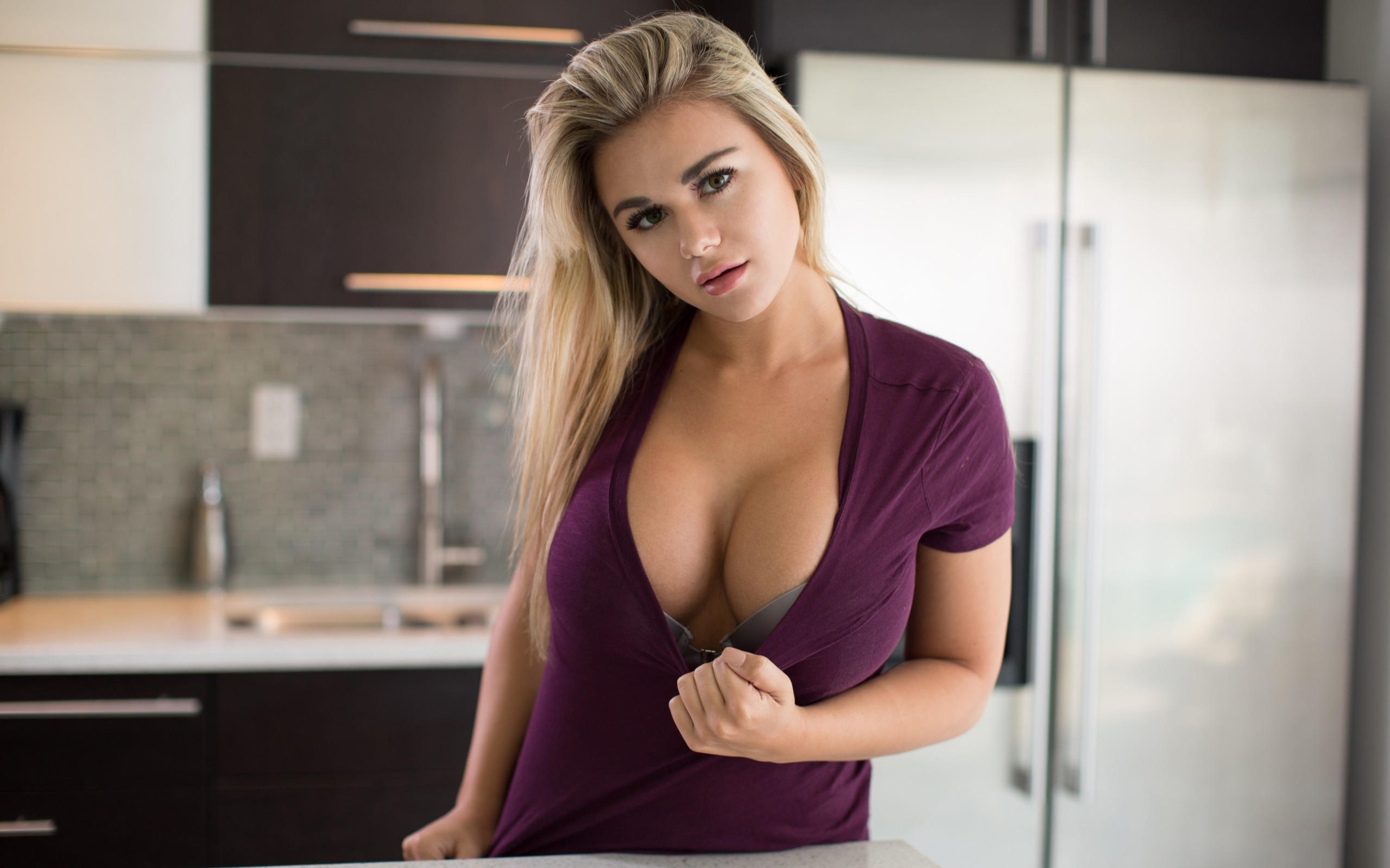 People 2560x1600 Tahlia Paris flashing lifting shirt cleavage bra