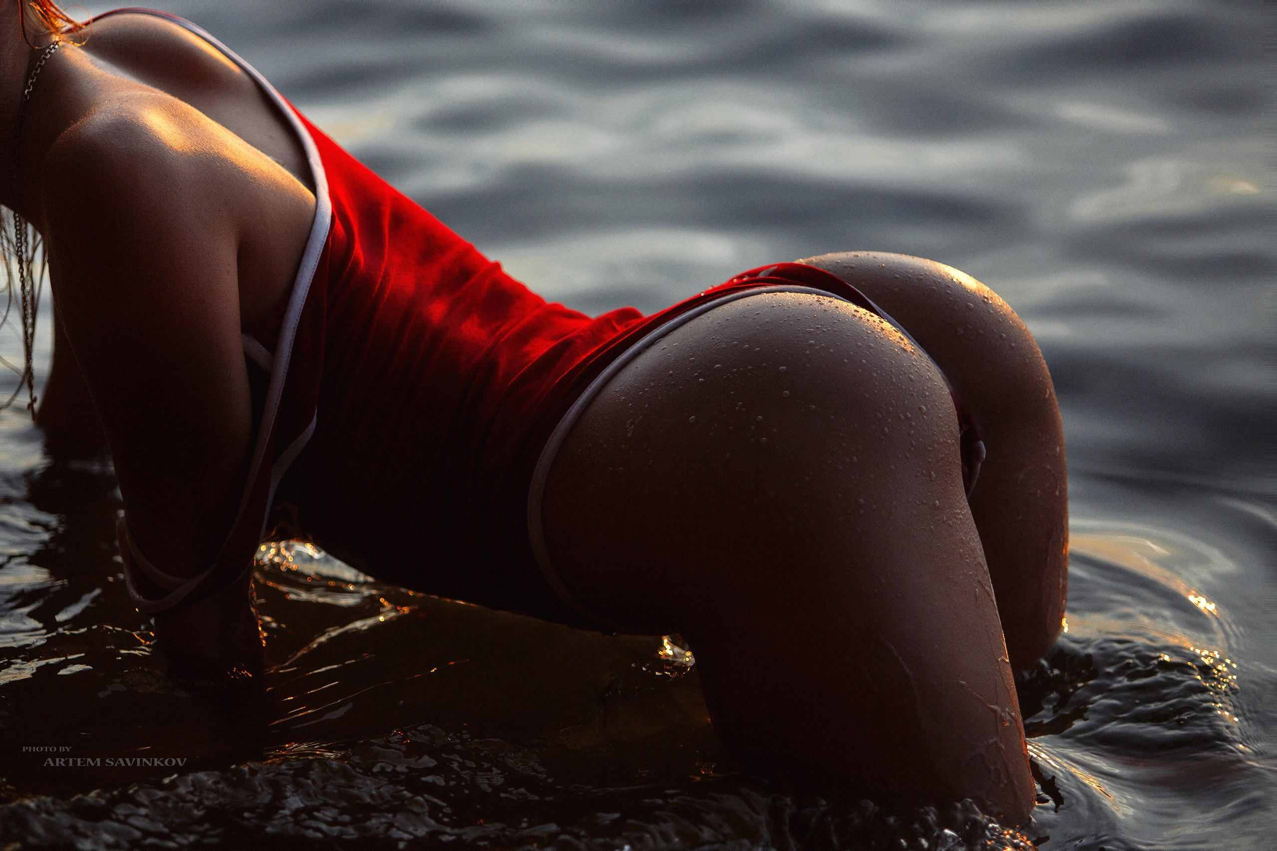 People 2560x1706 women brunette one-piece swimsuit tanned bent over swimwear wet body water drops water ass back Anastasia Fadeeva Artem Savinkov wet