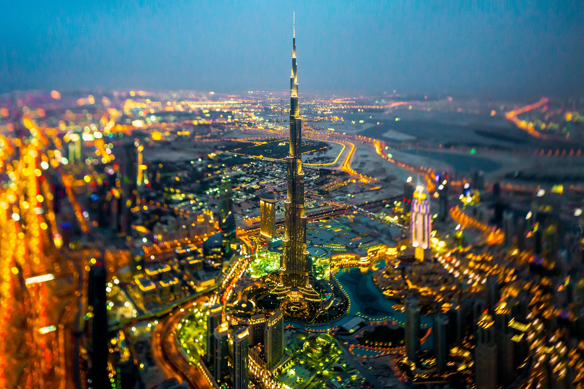 General 1920x1280 Dubai cityscape city lights tilt shift motion blur night Burj Khalifa aerial view bird's eye view skyscraper lights United Arab Emirates city photography colorful bokeh
