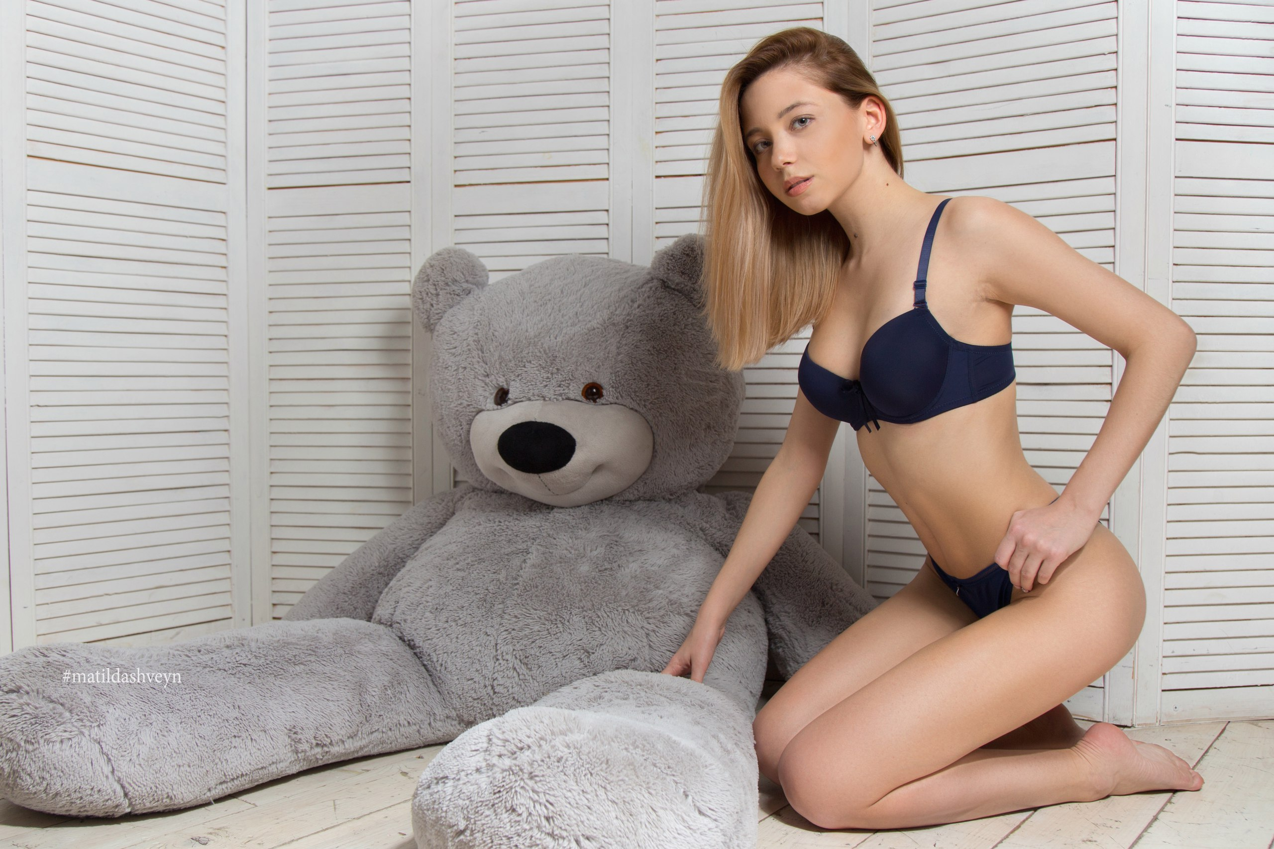 People 2560x1707 women blonde on the floor pink lipstick blue lingerie belly teddy bears ass brunette kneeling Matilda Shveyn barefoot young woman